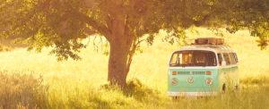 Foto vom Photobus auf dem weg zu einer Hochzeit im Sommer
