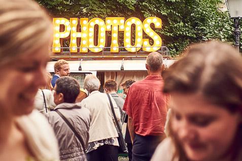 Foto von der Fotobox und dem Fotobus mit vielen Gästen