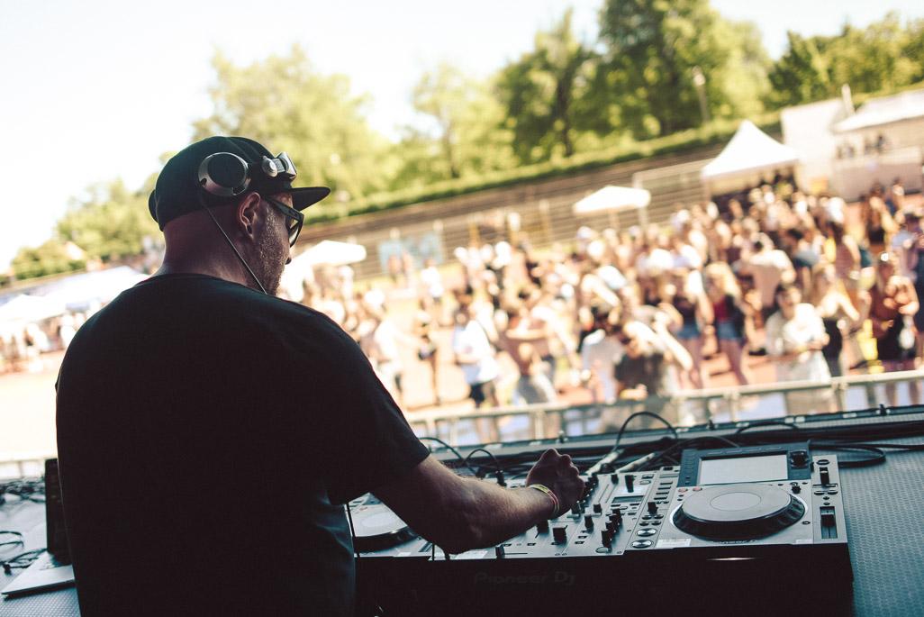 Foto Onstage von Dennis Paulisch, DJ beim GuteZeit Festival in Konstanz
