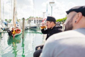 Ein Bier trinken am See und das Wetter geniessen beim Oldtimerbrunch Konstanz