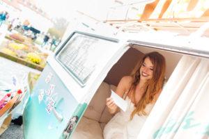 Eine Braut in der Photo Booth auf der Hochzeitmesse der Insel Mainau im Photobus